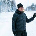 """Älytien varressa asuva Seppo Jokelainen on monta kertaa körötellyt robottiauton perässä. """"Onhan se vähän hassua, jos ne ihan ilman kuskia alkaa täällä pyöriä. Mutta tälle kylälle se voi olla hyväkin homma pitemmän päälle.""""  """