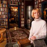 Tuhansien kirjojen koti. Kaari Utrio on kerännyt muun muassa kaikki Tammen Keltaisen kirjaston kirjat, joiden lukemisen hän aloitti vuoden alussa.