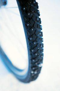 Kun pyöräilet talvella, käytä nastarenkaita polkupyörässä.