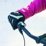 Suojaa kehon ääriosat. Pyöräily- tai hiihtotakki, jonka hihat ja selkäosa ovat riittävän pitkät sekä vyötärön ylittävät henkselihousut pitävät lämpimänä.
