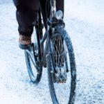 Varovasti kaarteessa. Hidasta ja aja varoen alamäet ja kaarteet – hiekoitussepelistä huolimatta. Sepeli saattaa karata renkaan alta ikävällä tavalla.