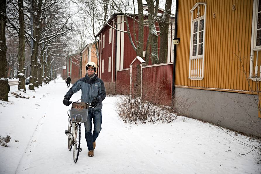 Antti Kivimäki pyöräili treffeille kotoaan Helsingin Käpylästä. Kuva Vessi Hämäläinen / Otavamedia