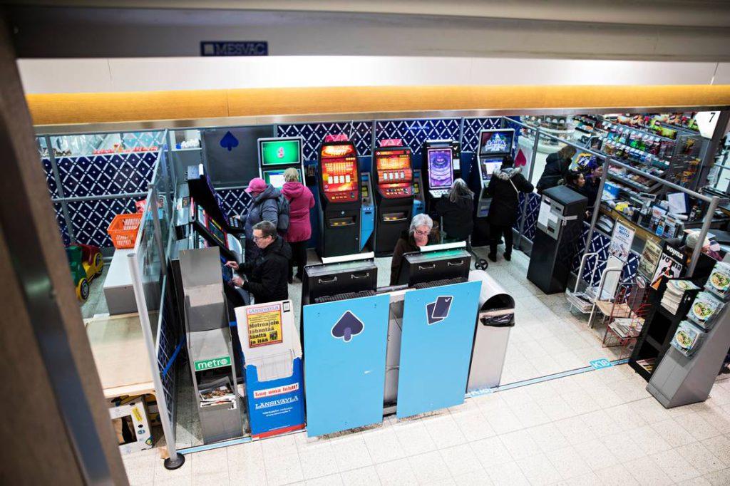 Espoontorin K-supermarket Kulinaarin aulassa peliautomaatteja on kymmenen.