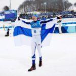 Voittajan on helppo hymyillä. Maalialueella Iivo tuuletti onnellisena Suomen lipun kanssa.