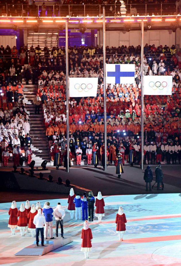 Iivo Niskanen 50 kilometrin mitaliseremoniassa olympialaisten päätösjuhlassa.
