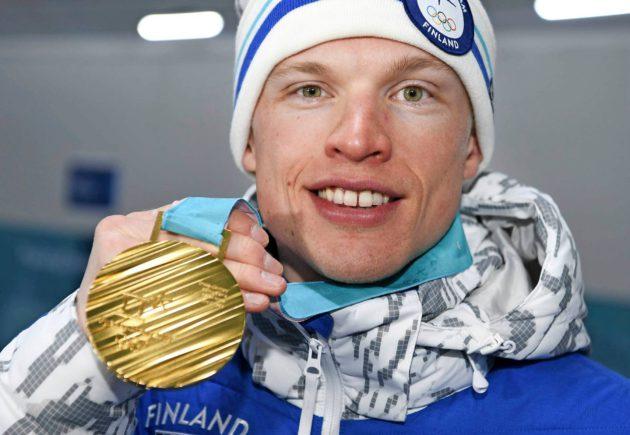 Iivo Niskanen onnellisena ensimmäisen henkilökohtaisen olympiakullan kanssa.