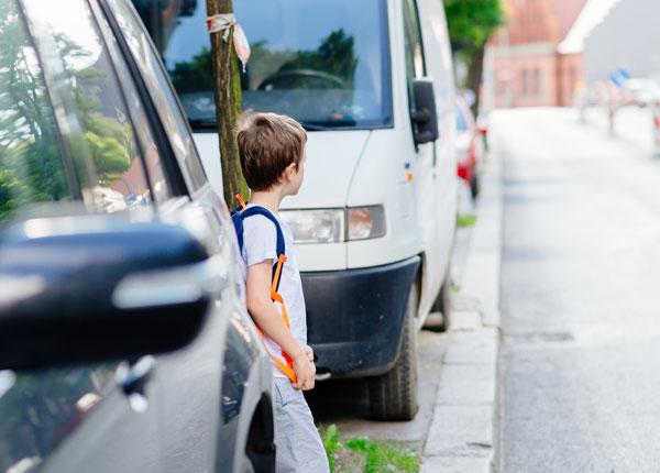 Kun lapsia houkutellaan autoihin, vanhempien pitää kertoa heille toimintaohjeet.
