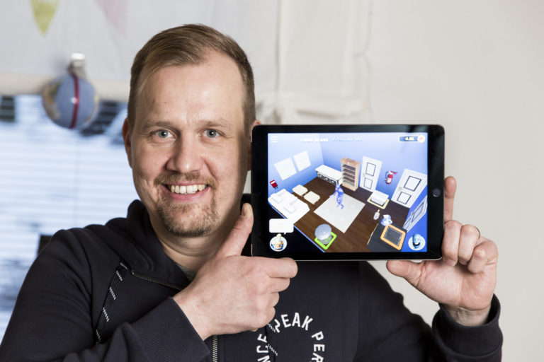 Palomies Jussi Rautio kehitti turvallisuusaiheisen Rescuebusters-mobiilipelin.