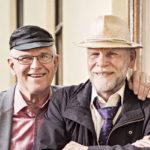 """Huumori on aina yhdistänyt opetusneuvos Pekka Leinosta ja oopperalaulaja Jorma Hynnistä. """"Ystävyytemme alkoi opiskeluaikojen spontaanilla hauskanpidolla, ja sellaisena se jatkuu yhä"""", Jorma sanoo."""