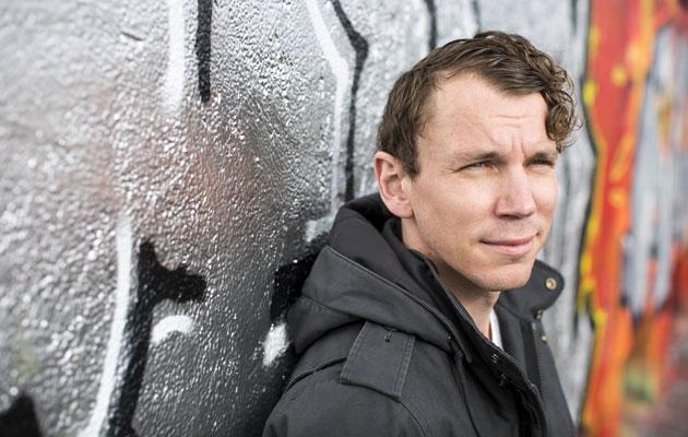 Kirjailija Juha Itkonen kannustaa lukemaan kaunokirjallisuutta.
