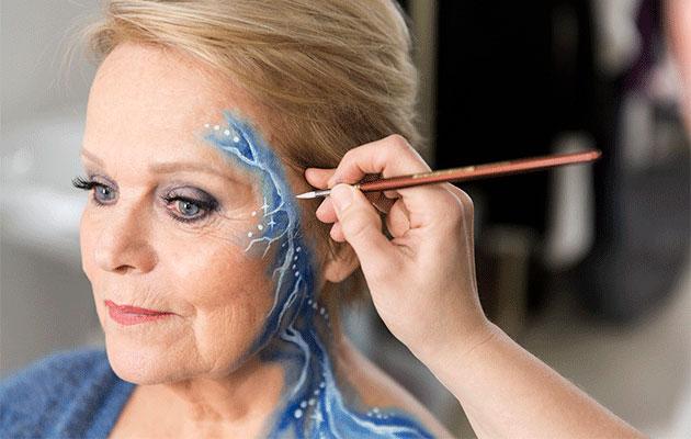 Katri Helenan vartalomaalauksen toteutti maskeeraaja Jaana Veronika Kuittinen.