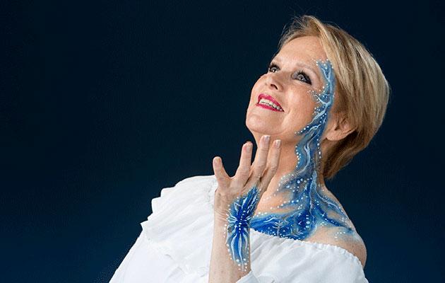Laulaja Katri Helenan innostui vartalomaalauksesta.
