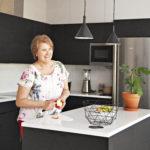 Keittiössä kaikki on helposti käden ulottuvilla.