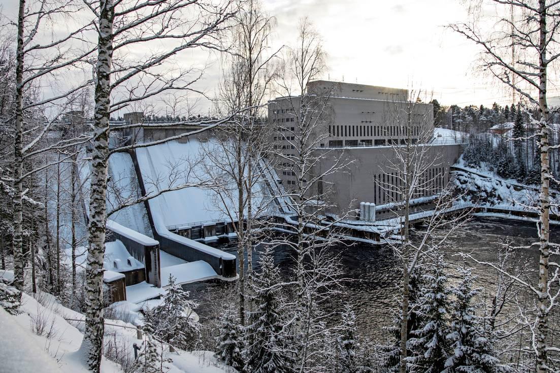 Pyhäkosken voimalaitos rakennettiin luonnonkauniin Oulujoen varteen. Nykyisin laitoksen omistaa valtiollinen energiajätti Fortum.