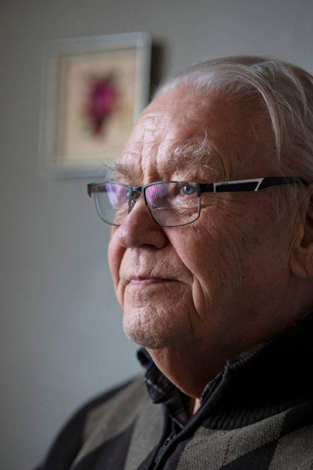 Lähes 90-vuotias muhoslainen Kyösti Teittinen muistelee työtään pienmekaniikan parissa Oulujoen vesivoimalaitoksilla. © VESA RANTA