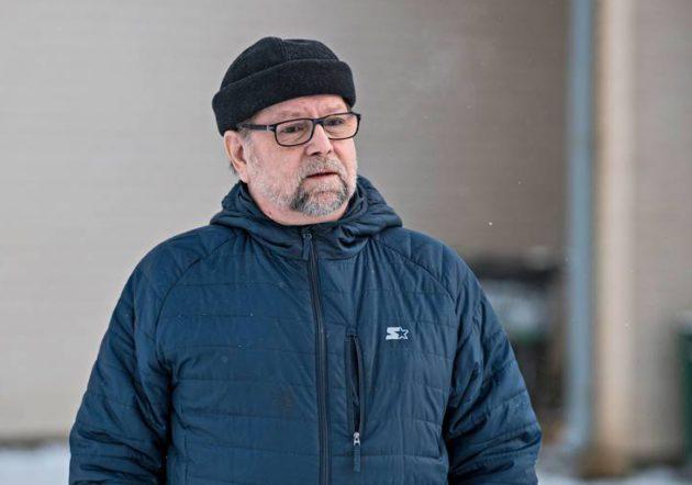 Matti Pulkka kertoo, että hänen isänsä työskenteli voimalaitoksen rakennustyömaalla vastaavana rakennusmestarina. Pulkka on myös selvittänyt Muhoksen paikallishistoriaa. © VESA RANTA