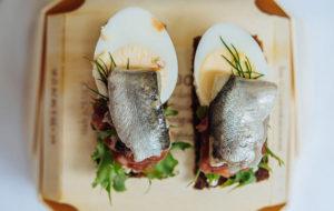 Mustaleipä on virolaisten herkkua, juhlaleivässä on marinoituja silakoita ja kananmunaa.