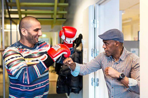 Kompassin työntekijän Tsega Kiflien (oik.) leikkimielisessä nyrkkeilytilanteessa suomen kielen opiskelija Ayad Al-Sayedin kanssa.