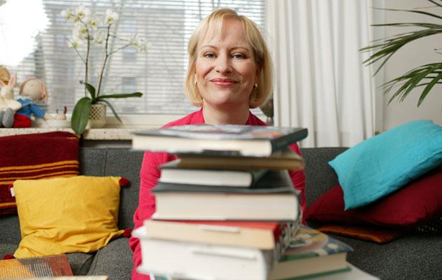 Kirjailija Sinikka Nopola kehoittaa lukemaan kaunokirjallisuutta.