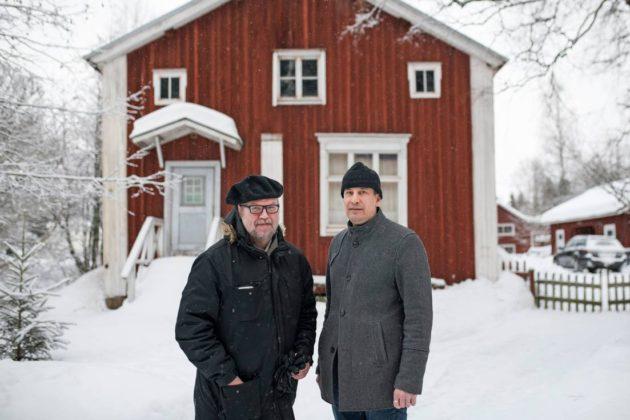 Markku Seppänen ja Markku Kuorilehto Sunilan entisen osuuskaupan edessä, jossa solmittiin Limingan hyökkäämättömyyssopimus 1918.
