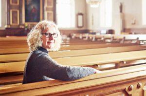 """Kritiikin lisäksi Auni Kaipia haluaa myös kiittää uransa varrella vaikuttaneita seurakunnan henkilökuntaa ja jäseniä. """"Enemmän on aina ollut niitä, jotka ovat tukeneet ja suhtautuneet naispappeihin myönteisesti."""""""
