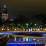 Turku onnittelee Viroa valaisemalla Kirjastosillan Viron lipun väreillä 24.2.2018.