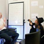 Lady Gaga (oik.) pistäytyy dokumentissa haastattelemassa ylimielisenä hahmona näyttäytyvää Julian Assangea.