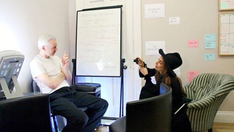 Lady Gaga pistäytyy dokumentissa haastattelemassa Julian Assangea.