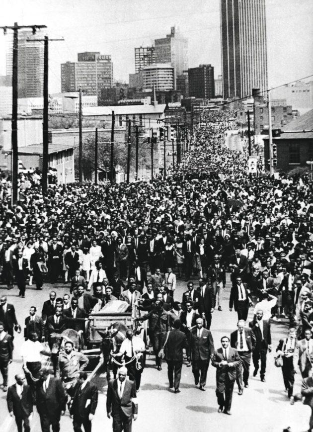 Martin Luther Kingin lähes 100000 hengen hautajaissaatto.