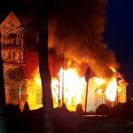 Ylivieskan kirkko ilmiliekeissä 26. maaliskuuta 2016. Tulipalo oli tuhopoltto. Tekijä määrättiin syyntakeettomana pakkohoitoon.