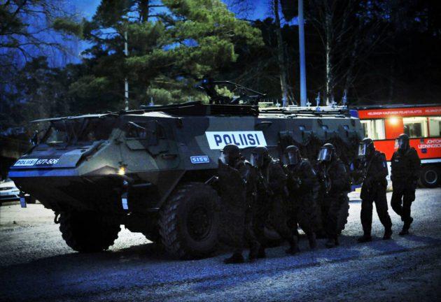 Maanpuolustuskurssin toimintanäytös Santahaminassa 8. joulukuuta 2008. Poliisin Karhu-ryhmää suojaa Sisu-panssariauto.