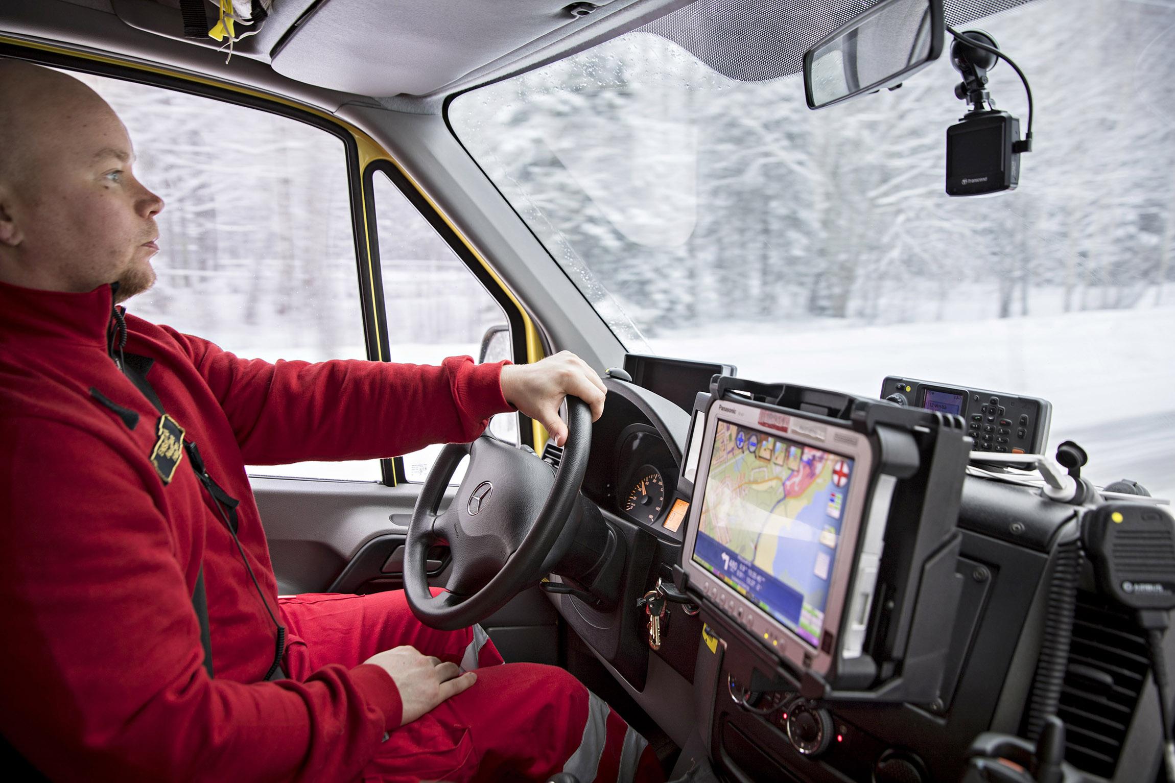 """Lumipyry tekee tänään ajokelistä liukkaan. """"Hälytysajossa jos ajaa sillä mentaliteetilla, että kukaan ei näe eikä kuule mitään, niin harvemmin sattuu mitään"""", Timo Hänninen sanoo."""