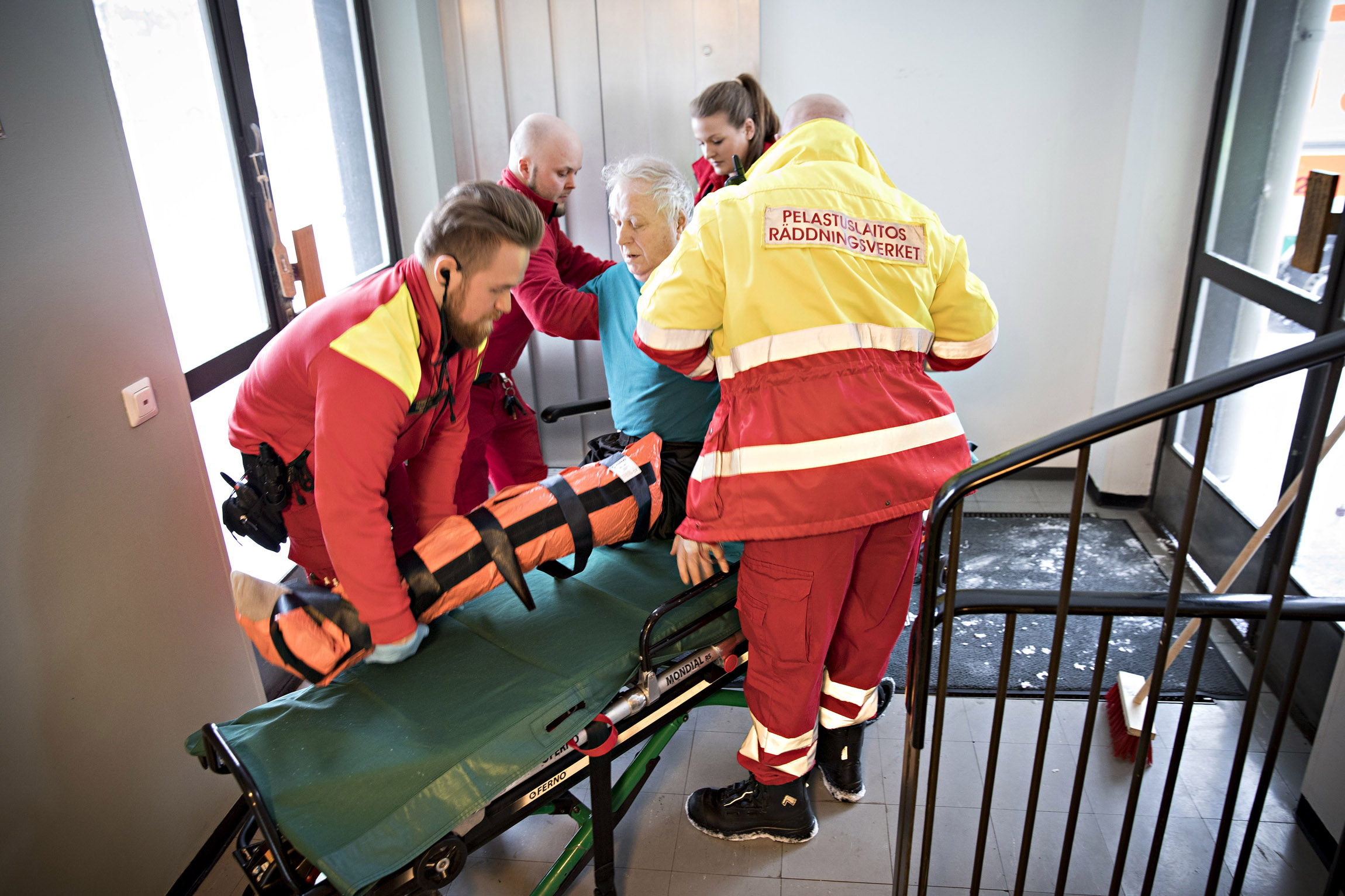 Potilas on saatettu kahdeksannesta kerroksesta alas. Matka Porvoon aluesairaalaan voi alkaa.