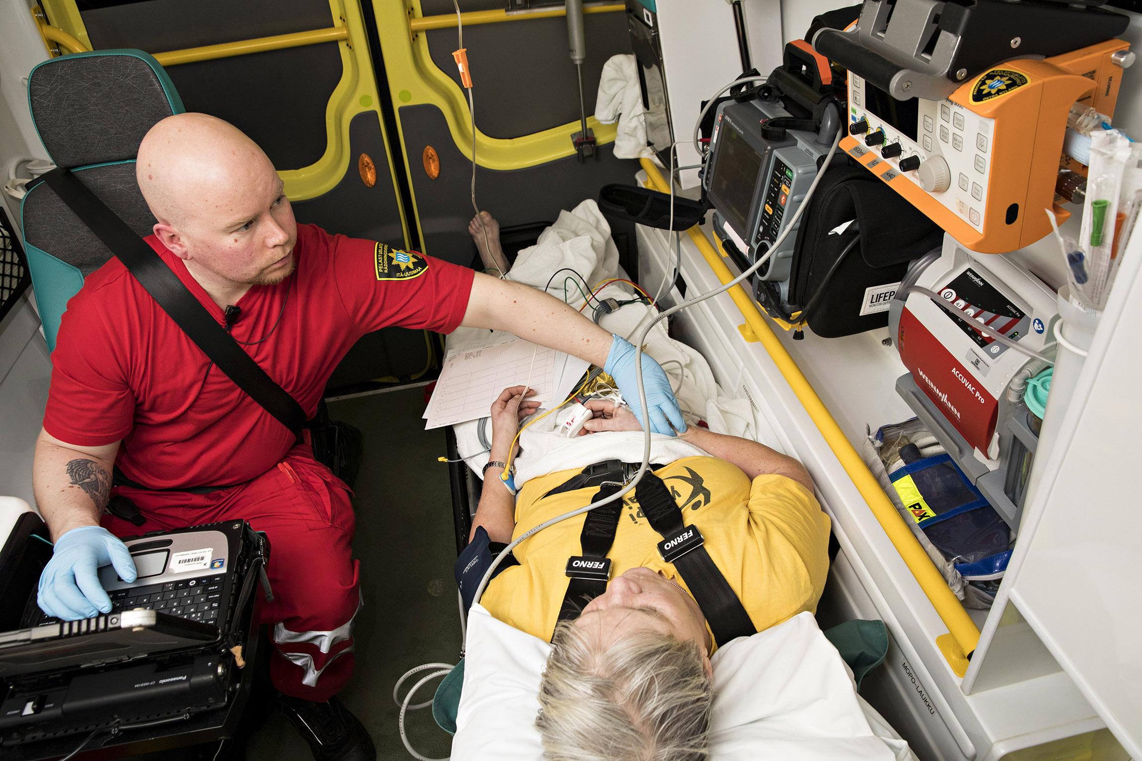 Ensihoitokertomus valmistuu matkalla sairaalaan. Samaan aikaan Timo Hänninen tarkkailee potilaan sydänkäyrää.