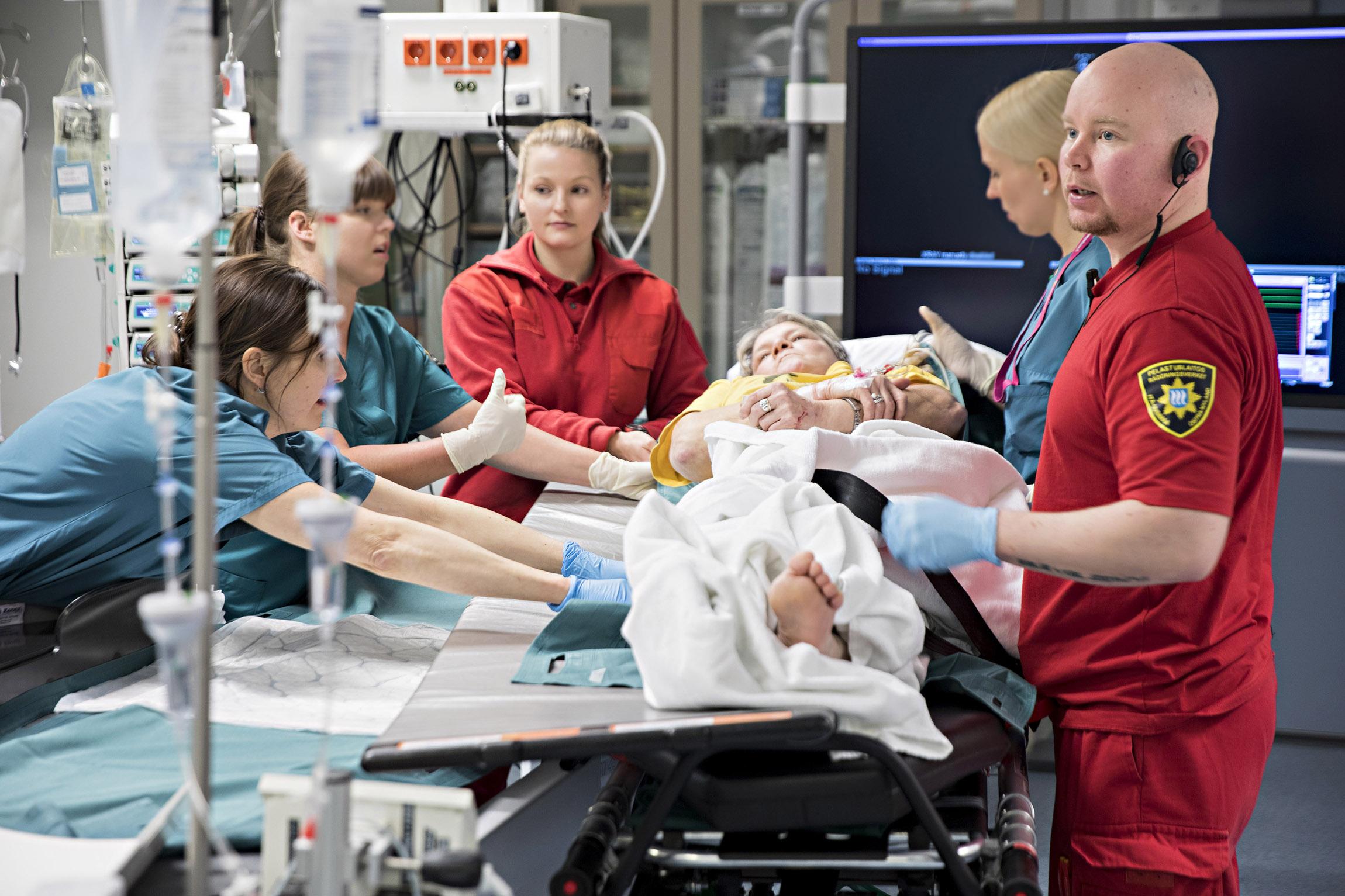 Potilas on tuotu Porvoosta Helsinkiin Meilahden sairaalaan. Tuntia aiemmin Timo Hänninen istui saunan lauteilla.