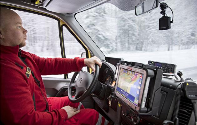 Ambulanssissa työskentelee usein ensihoitaja ja palomies sekä lääkäri.