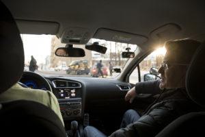 Liikenneopettaja Mika Vihreälehto opettaa toimittajan uudelleen ajamaan.