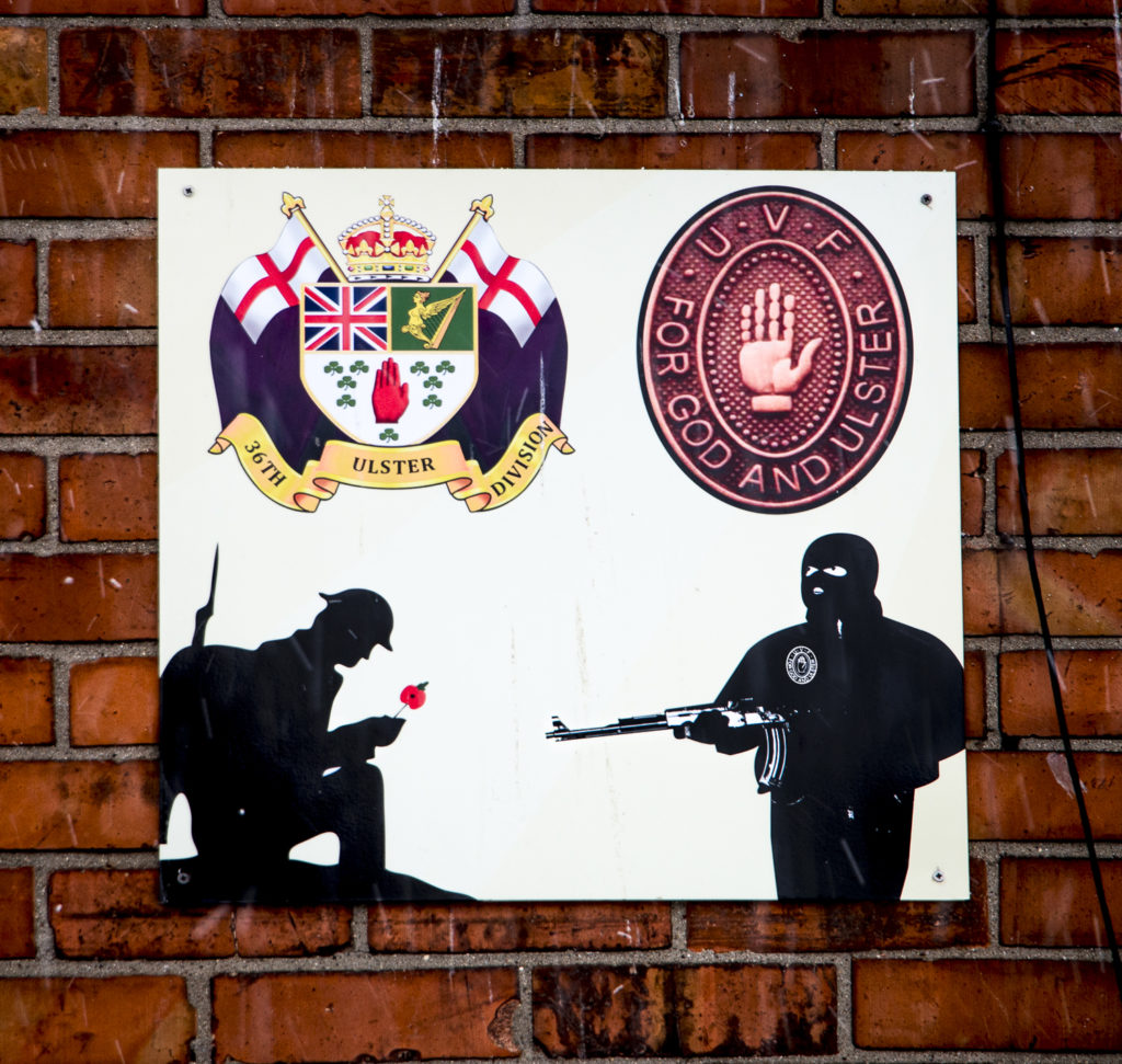 Asuintalon seinässä on kunnianosoitus UVF-militialle, joka osallistui sekä ensimmäiseen maailmansotaan että PohjoisIrlannin konfliktiin 1960–90-luvuilla.