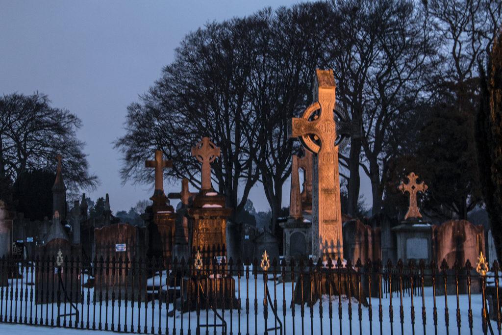 Gravediggers sijaitsee käytännössä Glasnevinin hautausmaan kyljessä. Kirkkomaalla ei perinteisen tavan mukaan saa laulaa eikä soittaa.