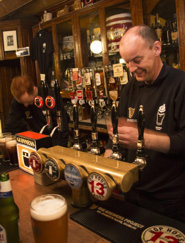 Unohtakaa Dublinin keskustan Temple Bar ja turistipubit. Gravediggers on aito irlantilainen pubi, jonne tullaan ystävien kanssa rehellisesti ja sievistelemättä juomaan - toki kohtuudella ja hyvällä mielellä. Täällä kukaan ei mökötä eikä haasta riitaa.