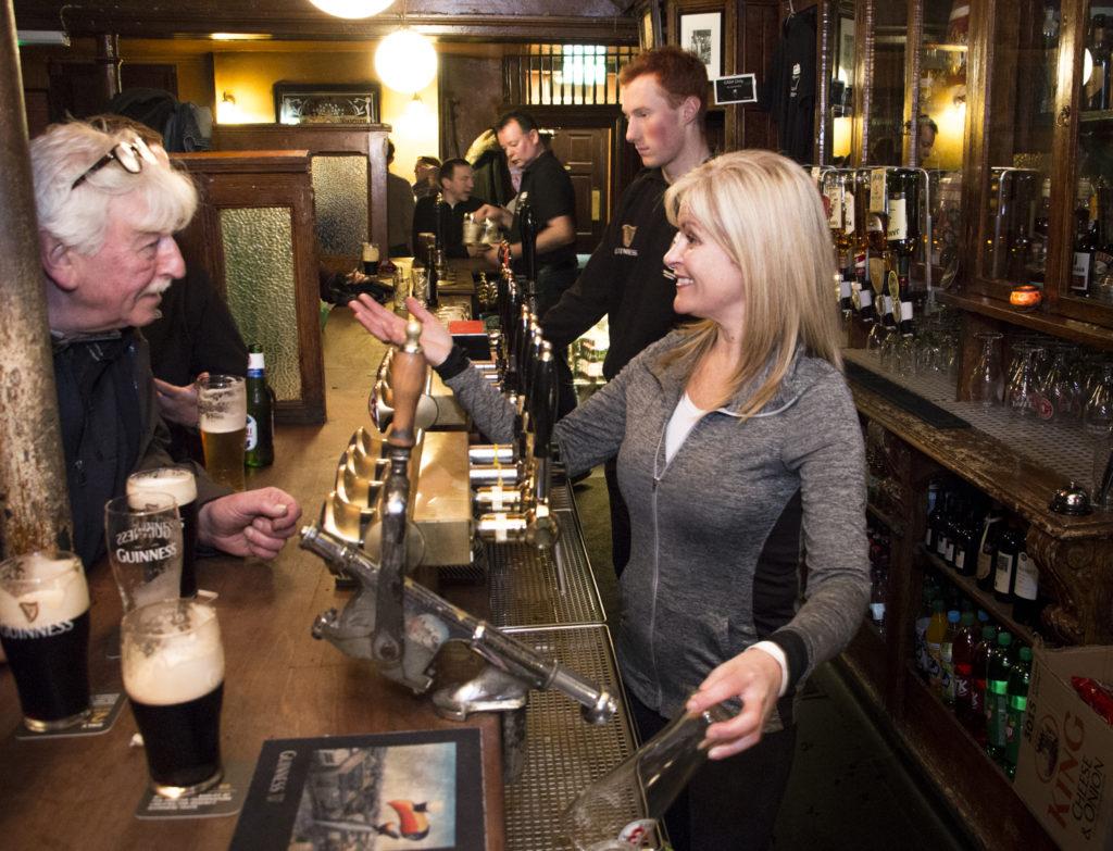 Korkeat väliseinät ulottuvat baaritiskille asti. Ennen vanhaan niillä erotettiin toraisat seurueet toisistaan. Nykyään ne helpottavat äänieristystä ja keskustelua kaverin kanssa pubissa, jonka asiakkaiden äänenvoimakkuus nousee illan edetessä.