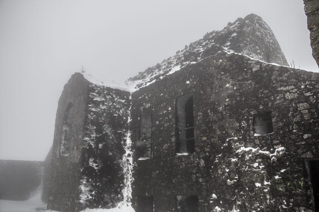 Tarinan mukaan Hellfire Clubin ylle on langetettu kirous, koska sen rakentaja William Connelly häpäisi paikalla sijainneen esikristillisen ajan hautaholvin.