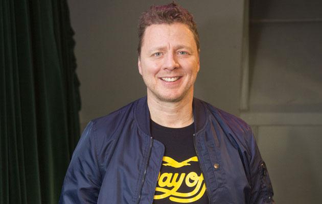 Jarkko Saariluoma on näyttelijä joka juontaa Kingi-musiikkikomediashowta.