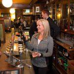 """John Kavanagh """"The Gravediggers"""" on vuodesta 1833 toiminut pubi hautausmaan kupeessa. Kun asiakkaat ovat lähteneet, Anne Kavanagh kertoo kokevansa siellä voimakkaan energian läsnäolon."""
