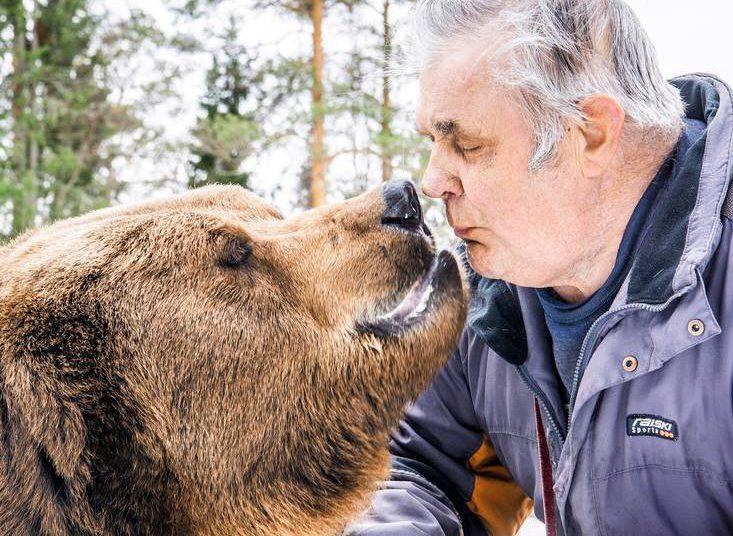 """""""Kiinnostavinta karhujen tutkimisessa on ollut huomata, miten syväksi karhun ja ihmisen suhde voi muodostua"""", Sulo Karjalainen sanoo."""