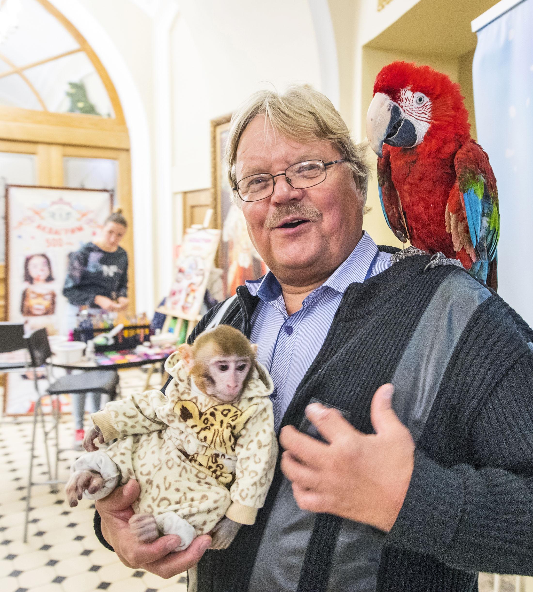 Pietarin sirkuksen aulassa Eero Moilanen ryhtyi kansainväliseksi valokuvamalliksi.