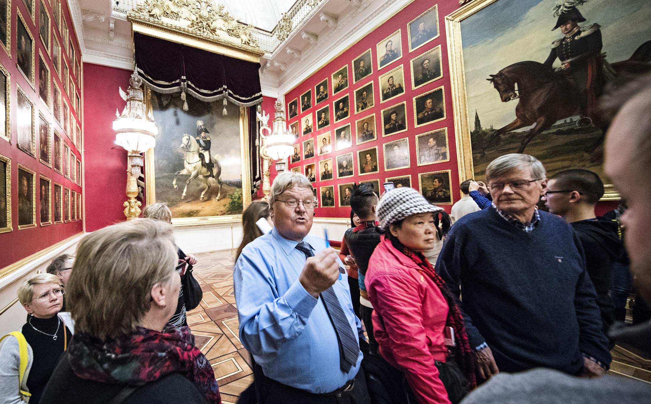 Eero Moilanen esittelee retkeläisille Eremitaasin taideaarteita.