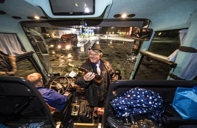 Liikennöitsijä ja matkanjärjestäjä Eero Moilasella on nauru herkässä. Hyvää tuulta lisää konjakilla täytetty Rasputinin miekka.