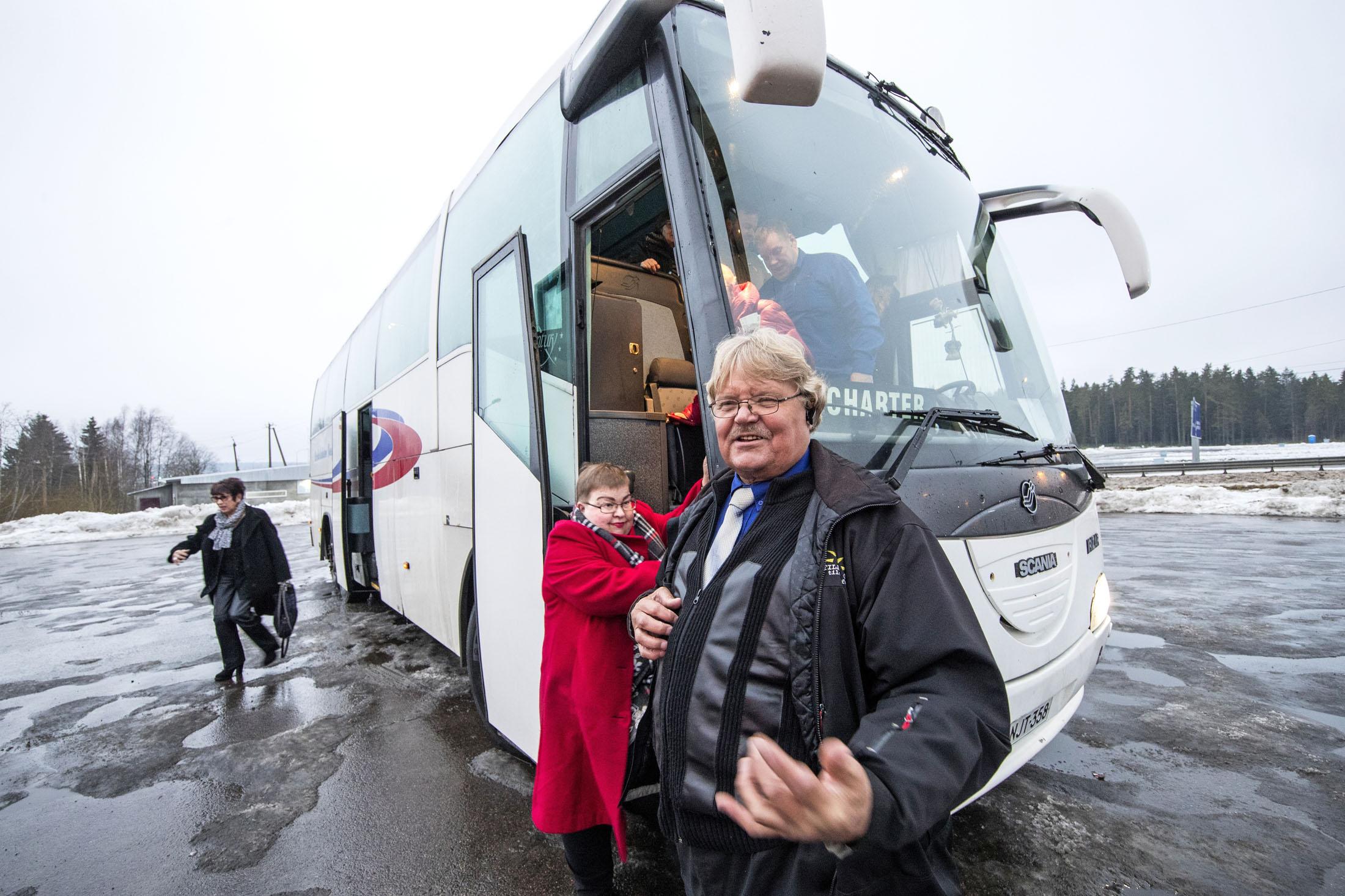 Tauko on ohi, ja Eero Moilanen hätistelee ystävälliseen tyyliinsä matkustajia takaisin bussiin.