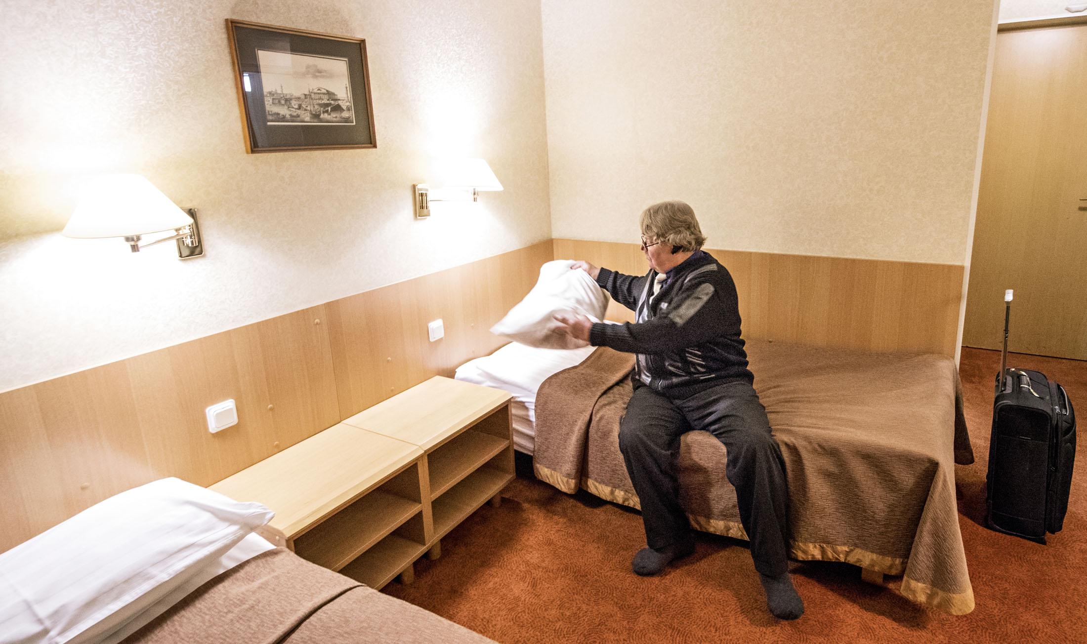 Matkanjohtajan pitkä päivä päättyy hotellihuoneen laverille.